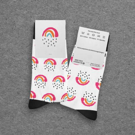Kleine Regenbogen Socken mit Etikett Kleine Papeterie