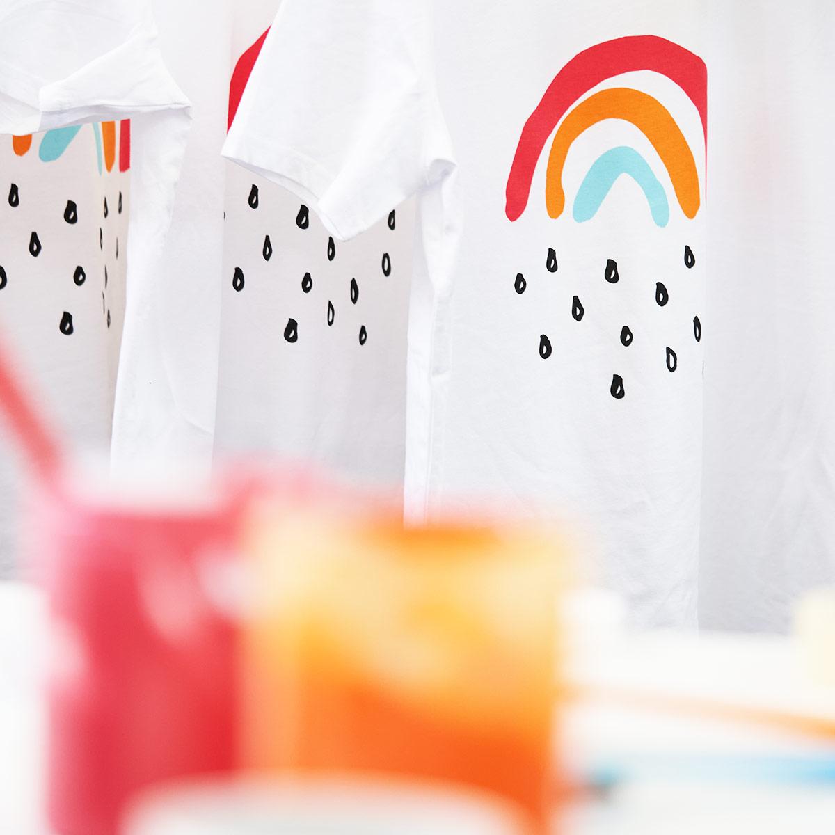 Siebgedruckte T-Shirts mit dem Motiv Kleiner Regenbogen von Jakob&Tatze
