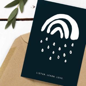 Spenden-Postkarte Listen. Learn. Love. mit dem Kleinen Regenbogen aus der Kleinen Papeterie